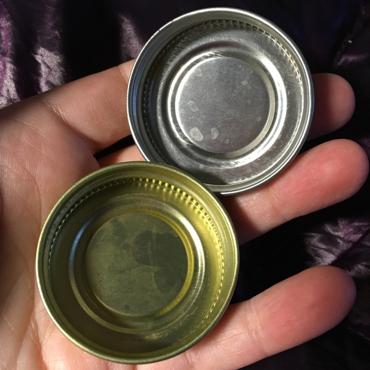 Under side of green lid is goldend rim; silver tone is solid color throughout